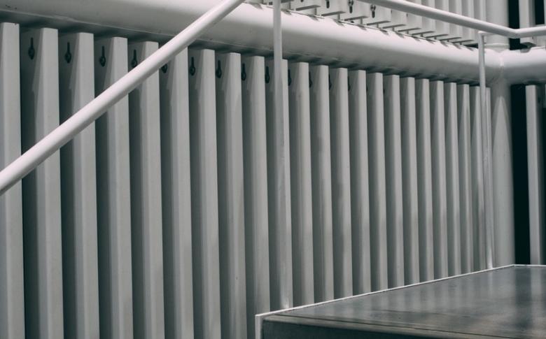 gloss-railing-charles-deluvio-jWpujEycNc-unsplash